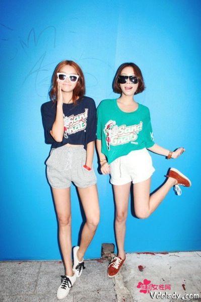 印花T恤×运动短裤