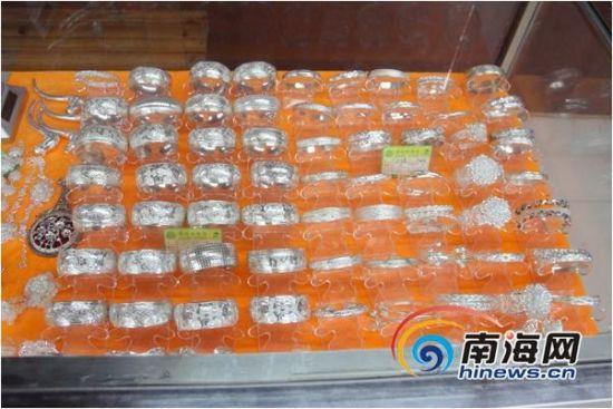 罗女士称,售货员说这些手镯都是千足银和925银,每个490元。