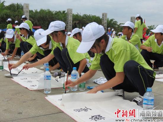 万宁市中小学生进行书法创作