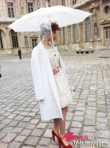 范冰冰复古镂空小裙亮相巴黎