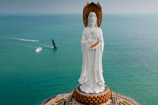 帆船赛经过三亚海上观音