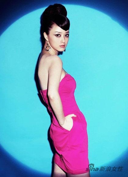 玫红色抹胸裙