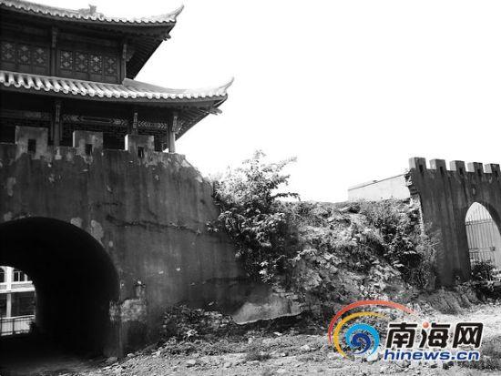 坍塌的崖州古城城墙