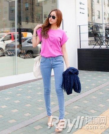 粉色T恤搭配牛仔裤
