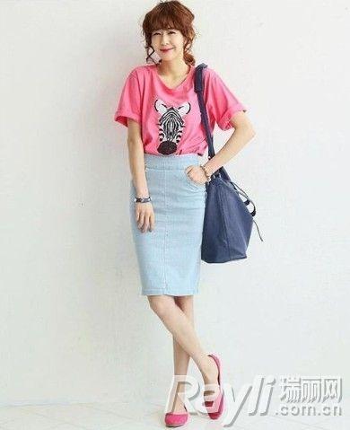 粉色斑马T恤搭配高腰紧身裙