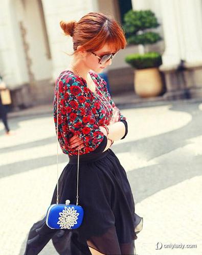 印花雪纺衫搭配黑色短裙
