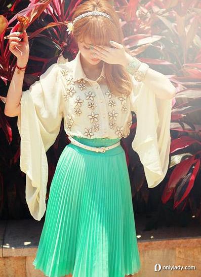 蝴蝶型雪纺衫配百褶裙