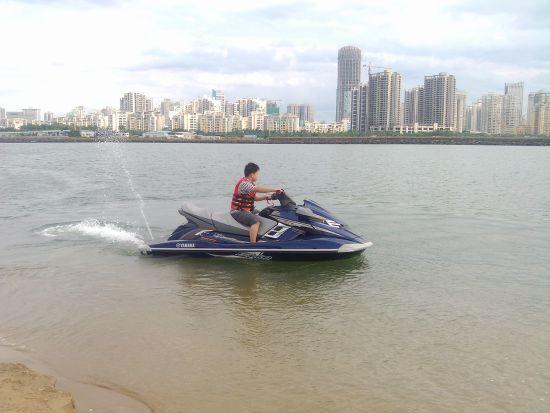 了解摩托艇基本操作以及注意事项之后,网友单独驾驶摩托艇。