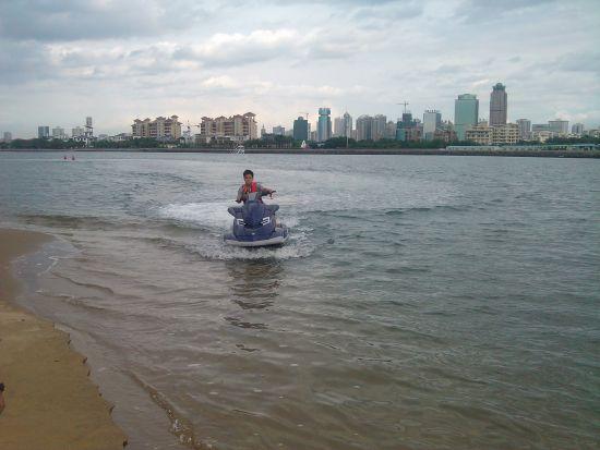 后海上驰骋一圈回来,稳稳的靠岸,感觉很不错。一会再单独去兜几圈。