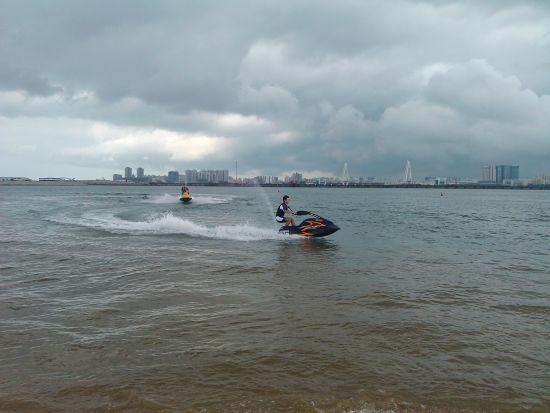 海口湾上纵情体验摩托艇,这里没有游泳的人或者游客干扰,可以玩得很爽。图为单人摩托艇体验。