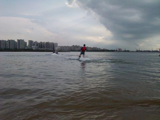 拽着摩托艇玩划水。