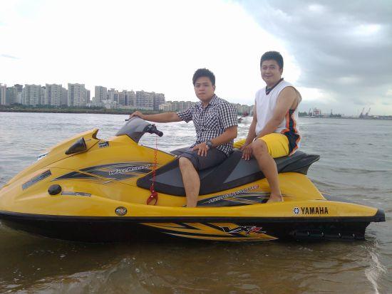 网友跟摩托艇合影。