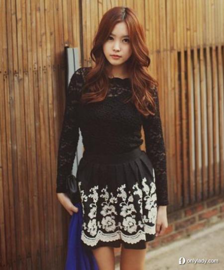 蕾丝上衣搭配黑底白梅花短裙