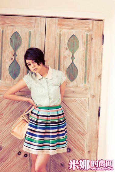 浅绿色镂空衬衫+条纹短裙