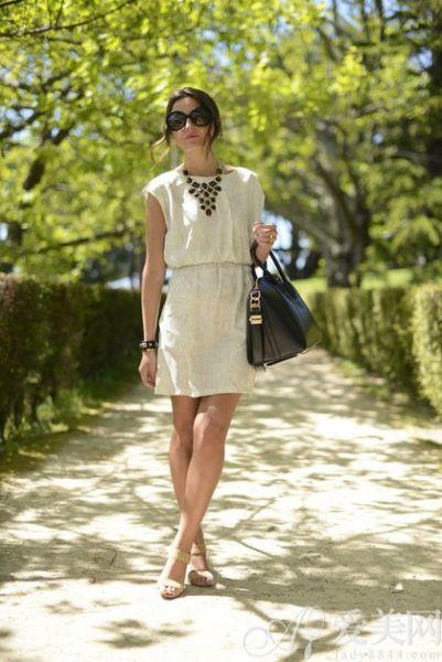 流行连衣裙:米灰色收腰无袖连衣裙