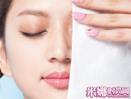 防止出油用面纸擦掉浮起的散粉
