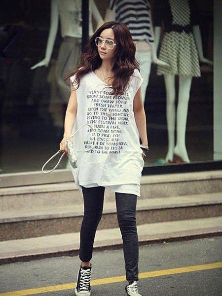 H型结构的T恤+黑色紧身裤