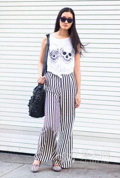 T恤+顺条纹阔腿裤