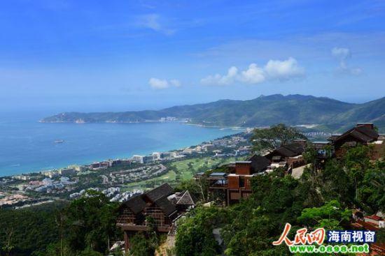 图为避暑胜地—亚龙湾人间天堂鸟巢度假村外景。(黄庆优摄)