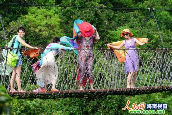 图为中外游客畅游三亚亚龙湾热带天堂森林旅游区的情景。(黄庆优摄)