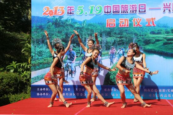 骑行启动仪式上的特色歌舞表演