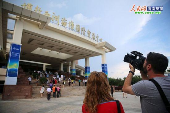 外媒记者拍摄博鳌亚洲论坛会址外景