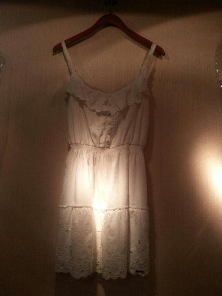 白色吊带连衣裙