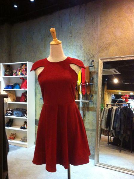 独特肩部设计红色连衣裙