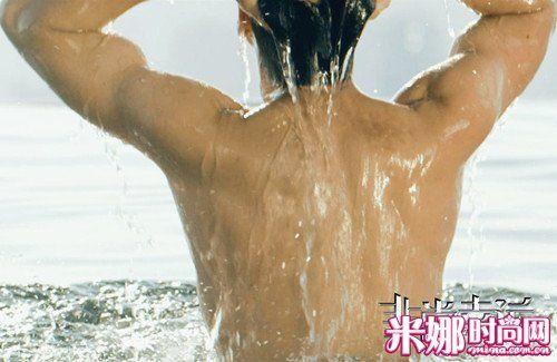 """王力宏""""湿身裸背"""""""