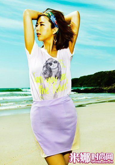 荧光色字母T恤搭配糖果色拼接紧身裙
