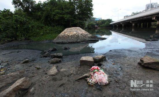 这是海南省三亚市凤凰路海螺桥附近直排三亚河道的污水(2011年6月20日摄)。新华社发