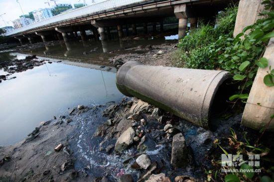 这是海南省三亚市凤凰路海螺桥附近直排三亚河道的污水管(2011年6月28日摄)。新华社发