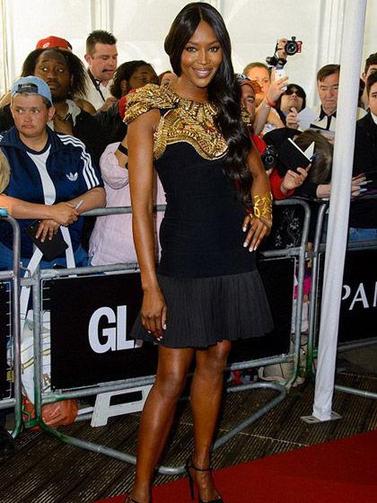 纳奥米·坎贝尔------》》》金属装饰黑色连衣裙