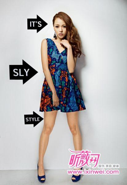 绚丽色彩印花连衣裙释放热情与性感魅力