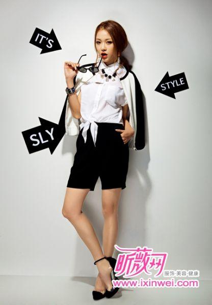 经典的黑白色组合打造简约帅气装扮