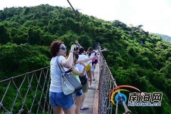 端午节小长假期间,游客在亚龙湾热带天堂森林旅游区参观游览的情景。(南海网记者马伟元摄)