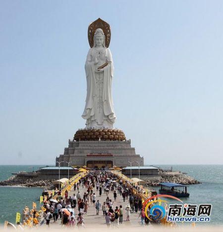 游客在南山旅游的情景(南海网记者马伟元摄)