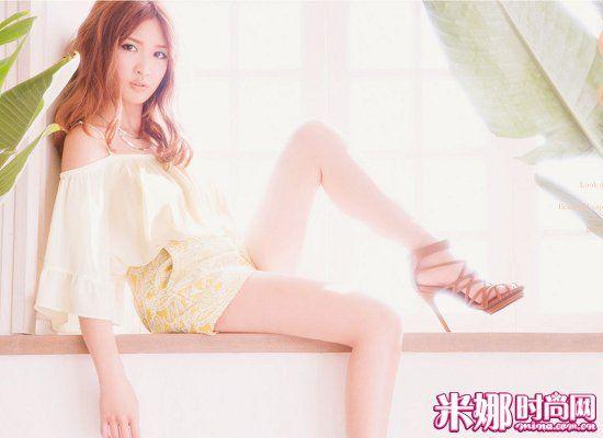 鹅黄色露肩短裙