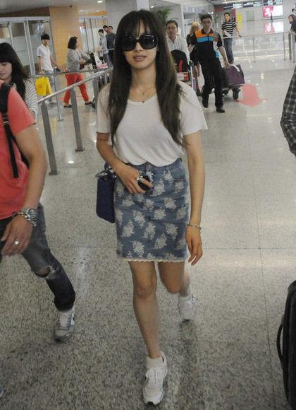 宋茜白T + 短裙的装扮亮相机场