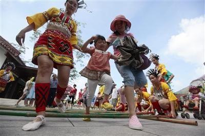 游客在景区欢跳竹竿舞。(记者黄世锋通讯员陈文武)