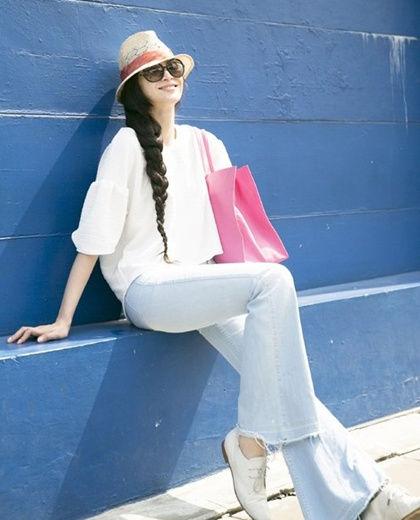 LOOK3:白色短袖衫+浅色牛仔裤