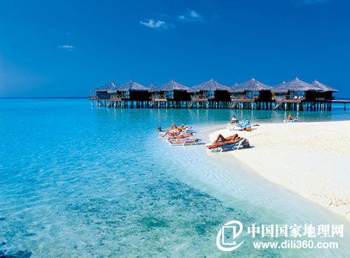 马尔代夫的每家度假村几乎都拥有一个完整的小岛,岛上建筑风格统一,它们的外形大多看似朴素,以小木屋居多,以使小岛尽量保持原有风格,内部却极尽奢华、舒适,以迎接那些来自世界各地的旅客(摄影/Riccardo Spila/c)。