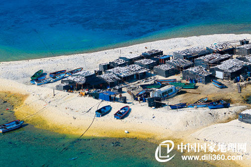 三沙市各岛礁上的房屋也很朴素,如鸭公岛上的民居(摄影/查春明),这是当地较为常见的建筑,渔民们喜欢利用岛上的珊瑚石建造房屋,虽然也保持了本土风格,却略显破旧、杂乱。