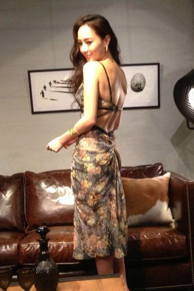 印花大露背连衣裙