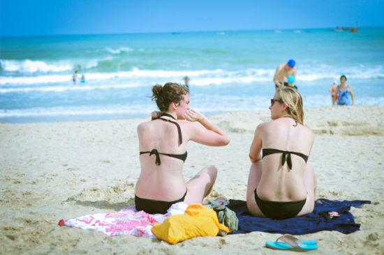 沙滩上的外国美女