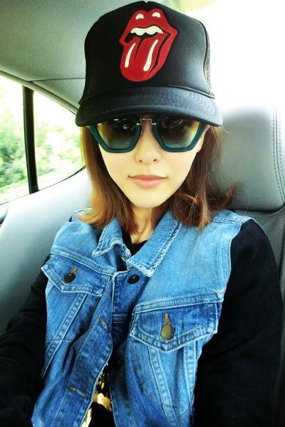 鸭舌帽 + 墨镜 + 牛仔马甲 +黑色T恤