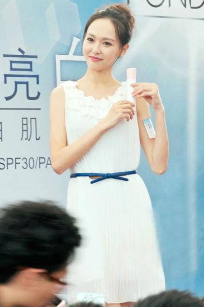白色褶皱连衣裙 + 细腰带