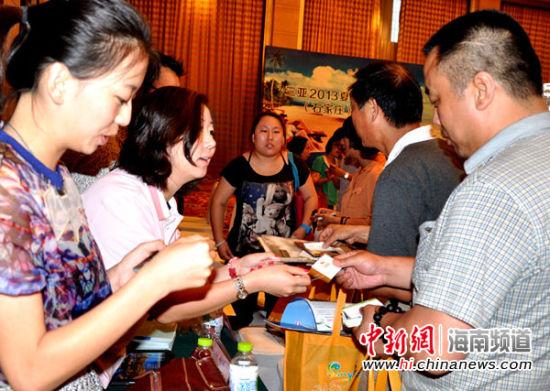 三亚和石家庄两地旅游业界在会上交流。