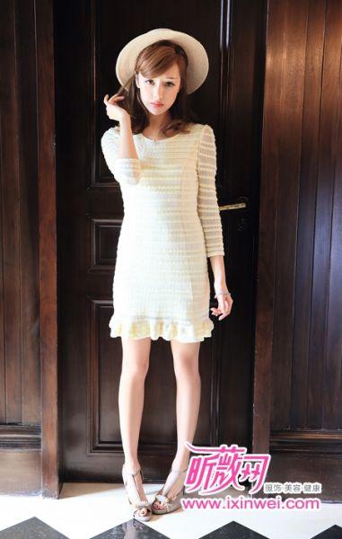 带有精致的荷叶边下摆的柔软材质连衣裙