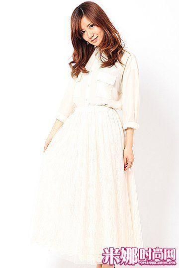 白色雪纺长裙,搭配同色系上衣清爽可人。